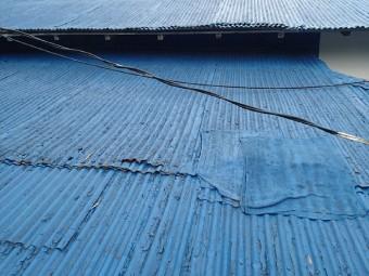 補修跡のあるガルバリウム波板