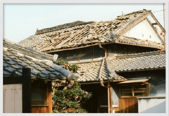 歪みを放置してしまうと屋根の他の部分や1階の屋根にも悪影響