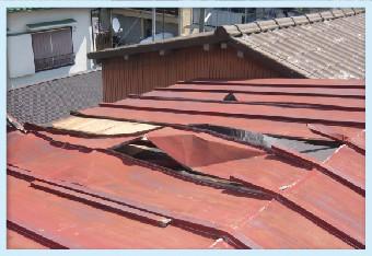 緩んだ箇所から屋根材が浮いてきます