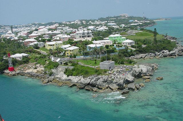 バミューダ諸島のシティの白い屋根の街並み