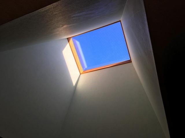 天窓から自然光を入れて省エネに